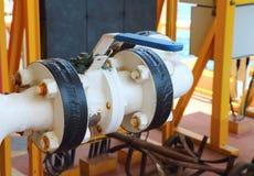 阀门手工在过程中 生产过程半新手工val 库存照片