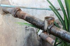 水阀门配管钢毁坏了 老生锈的工业轻拍 免版税库存图片
