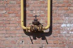 阀门,老阀门,生锈被连接到在墙壁上的管子 库存图片