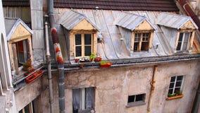 阁楼Windows,巴黎 图库摄影
