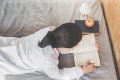 阅读书用苹果 库存图片