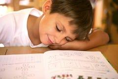 阅读程序休眠年轻人 免版税库存照片