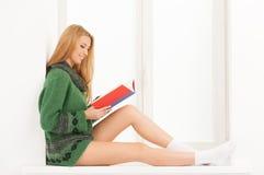 阅读书。 免版税库存照片