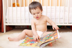 1年阅读书的婴孩年龄 库存图片
