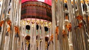 阐明室的装饰东方灯笼 美丽的传统东方灯由装饰织品发光制成 影视素材