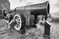 阜Meg大炮的,中世纪大炮游人被安置在爱丁堡城堡,苏格兰 免版税库存图片