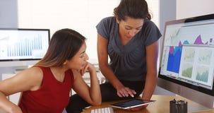 队不同种族女实业家工作 免版税库存图片