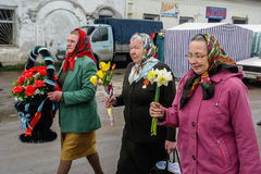 队伍和放置花圈在纪念品对下落的战士在俄罗斯的卡卢加州地区 免版税图库摄影