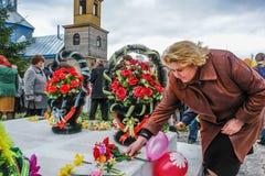 队伍和放置花圈在纪念品对下落的战士在俄罗斯的卡卢加州地区 免版税库存图片