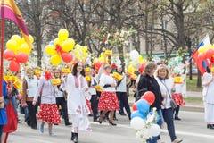 队伍,游行2016年5月1日在市切博克萨雷,楚瓦什人共和国,俄罗斯 免版税图库摄影