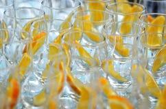 队列定购了与橙色切片的一个鸡尾酒 库存照片