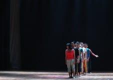 队列对来的公众到去现代舞蹈 图库摄影