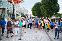 队列的人们在伦敦眼睛前面 免版税库存照片