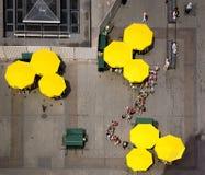 队列的人们对在克拉科夫大广场的一个咖啡馆  免版税库存图片