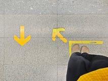 队列的箭头在火车站的标志和prople 库存照片