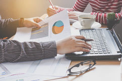 队商人工作 与膝上型计算机一起使用在露天场所办公室 过程中会议的报告 免版税库存图片