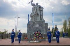 仪仗队在一座纪念碑的对死了苏联士兵 免版税库存照片