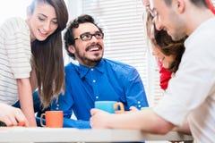 队在创造性的机构中谈论在会议 库存照片
