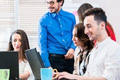 队在创造性的机构中谈论在会议 免版税图库摄影