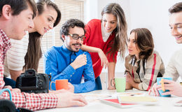 队在创造性的机构中谈论在会议 免版税库存照片