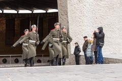 仪仗队在哀情,历史纪念复合体区域把军事荣耀的霍尔留在  库存图片