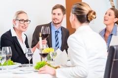 队在工作午餐会议上在餐馆 免版税库存照片