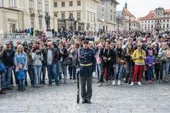 仪仗队在布拉格城堡的在捷克的总统的住所附近 免版税库存照片
