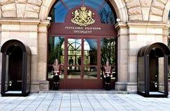 仪仗队在门前面站立到总统` s办公室 免版税库存图片