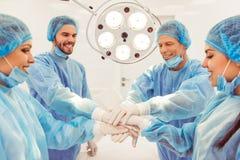 队外科医生在工作 免版税库存图片