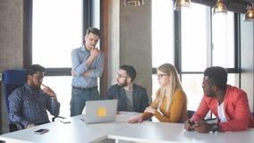 队工作在interantional公司现代办公室 股票视频
