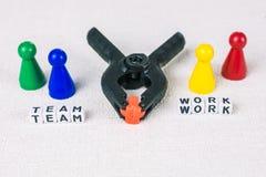 队工作概念-图形成与钳位工具,标志为运作的辛苦队合作 免版税库存照片