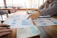 队工作过程 年轻业务经理乘员组与新一起使用 免版税库存图片