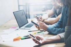 队工作过程 照片年轻企业乘员组与新的起始的项目一起使用 在木桌上的笔记本 使用现代 免版税库存图片
