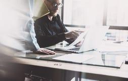 队工作过程 照片年轻企业乘员组与新的起始的项目膝上型计算机一起使用 项目负责人见面 分析计划, pap 图库摄影