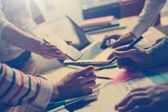 队工作过程 谈论的经理新的数字式项目 膝上型计算机和文书工作在桌上 库存图片