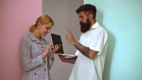 队工作 年轻在办公室的女实业家和商人 显示智能手机和年轻人的少妇 股票录像