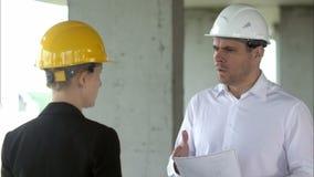 队建造者有问题和恼怒在工地工作大厦 影视素材