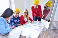 年轻队开一次会议在建筑师事务所 免版税库存图片
