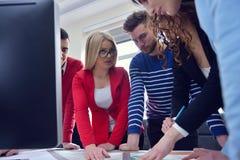 年轻队开一次会议在建筑师事务所 库存图片