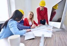 年轻队开一次会议在建筑师事务所 免版税图库摄影