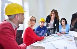年轻队开一次会议在建筑师事务所 免版税库存照片