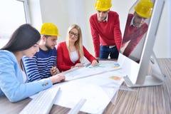 年轻队开一次会议在建筑师事务所 库存照片