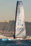 队我们是水 小船和巴塞罗那市背景 巴塞罗那世界种族 库存照片