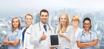 队或小组有片剂个人计算机计算机的医生 免版税库存图片