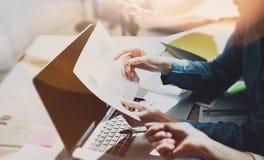 队激发灵感过程 照片年轻企业乘员组与新的起始的项目一起使用 在木桌上的笔记本 想法 免版税库存照片