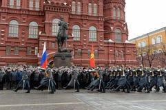 仪仗队的庄严的3月在放置以后的开花对纪念碑安排格奥尔基・康斯坦丁诺维奇・朱可夫在莫斯科 免版税图库摄影