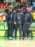 队美国在小组A在里约2016年奥运会的队美国和澳大利亚之间的篮球比赛以后庆祝胜利 库存图片