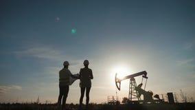 队设计谈论油泵领域的维护 工作在炼油厂的工程学队 两名工作者 股票视频