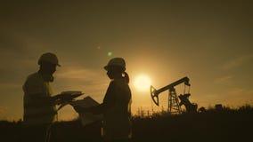 队设计谈论油泵领域的维护 工作在炼油厂的工程学队 两名工作者 影视素材