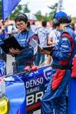 队赛车的设备检查汽车系统的在赛跑前 免版税库存图片